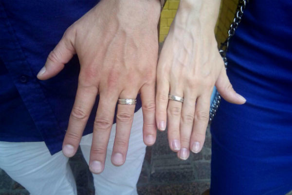 Супруги обменялись обручальными кольцами