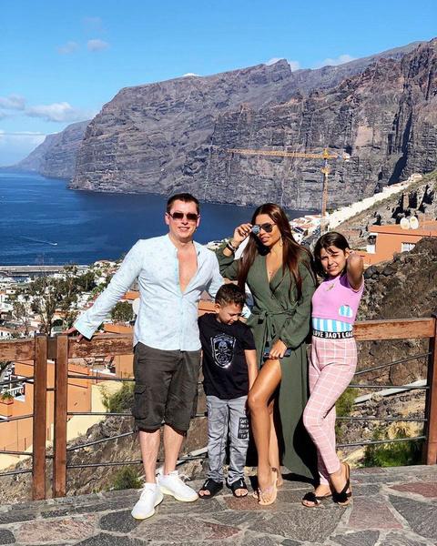 Габриэла с мужем и детьми