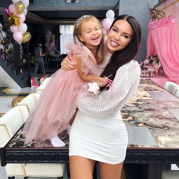 Оксана Самойлова с дочерью Майей