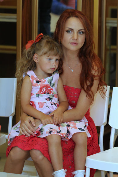 Марина воспитывает двух дочерей, стараясь проводить с девочками все свободное время