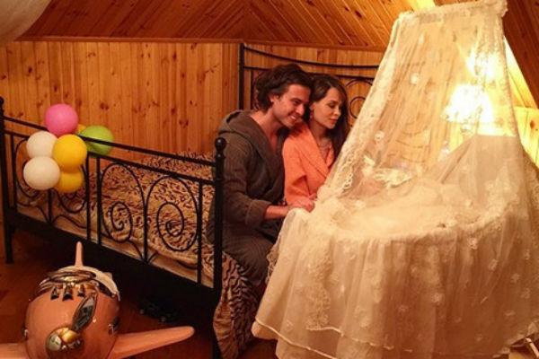 Прохор Шаляпин и его возлюбленная рядом с кроваткой новорожденного