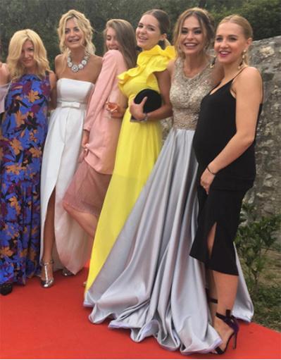 Анна Хилькевич с невестой и ее подружками