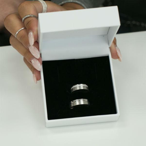 Кольца изготовили на заказ в ювелирной компании SOKOLOV
