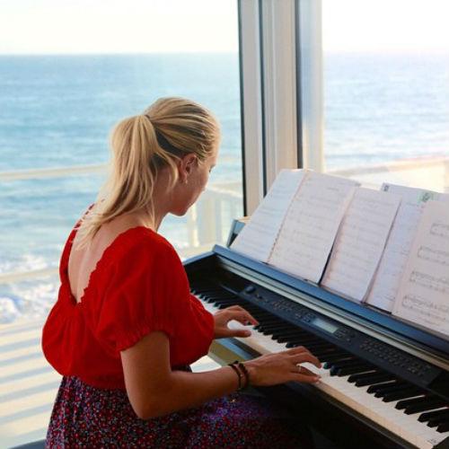 В Лос-Анджелесе Марика упражняется в игре на пианино
