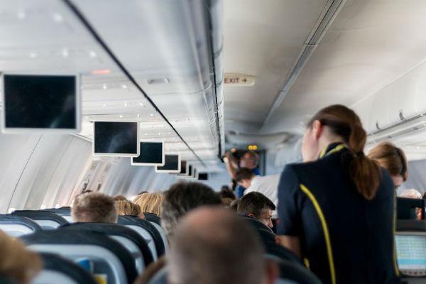 Стюардессы стараются сделать все, чтобы каждый пассажир благополучно добрался до пункта назначения