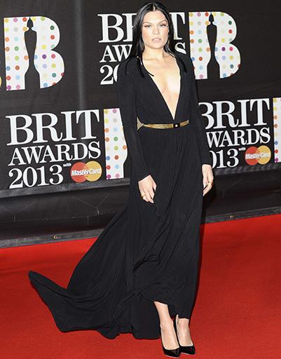Многообещающая певица Джесси Джей в Versace на Brit Awards в феврале 2013 года