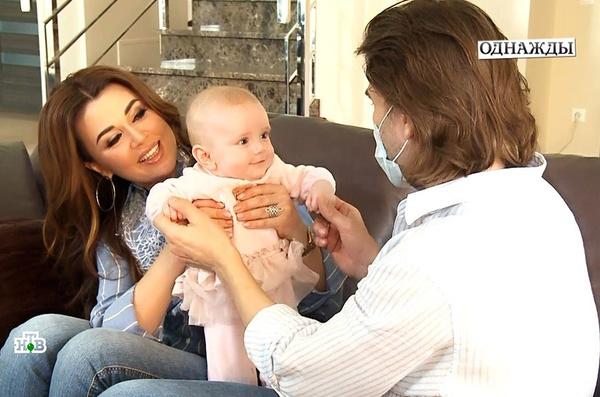 Прошлой весной супруги впервые показали дочку Милу на телевидении