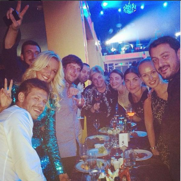 Федор Смолов и Виктория Лопырева с друзьями на концерте Филиппа Киркорова