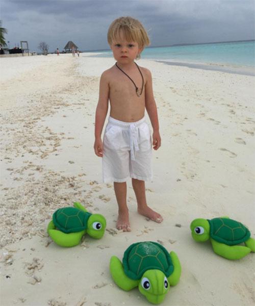 Трехлетний Саша с родителями и старшими братьями сейчас отдыхает на Мальдивах