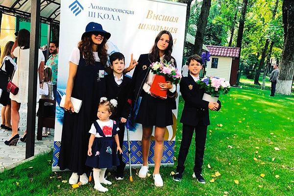 Екатерина воспитывает четверых детей: 17-летнюю Лизу, 12-летнего Матвея, 10-летнего Корнея и 3-летнюю Беллу