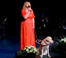 Слепая певица, которой вернули собаку-поводыря, накупила ей подарков