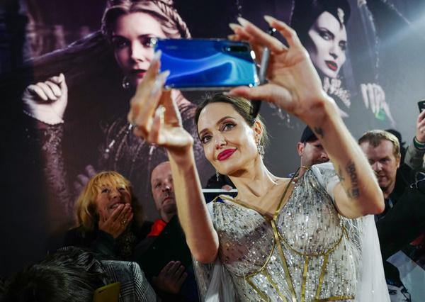 Анджелина весь вечер раздавала автографы и фотографировалась с поклонниками