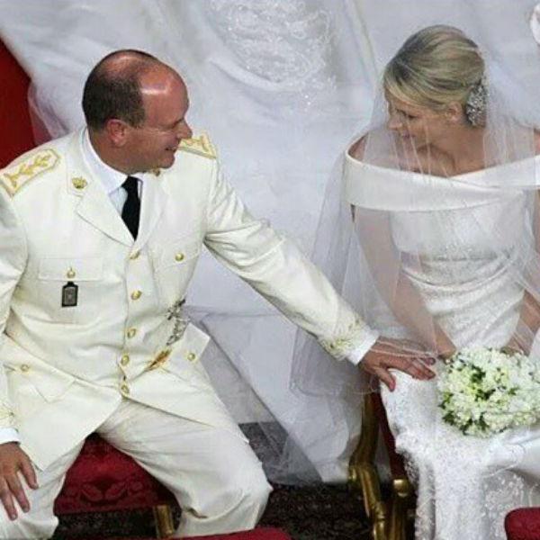 Несмотря ни на что, жених и невеста выглядели счастливыми