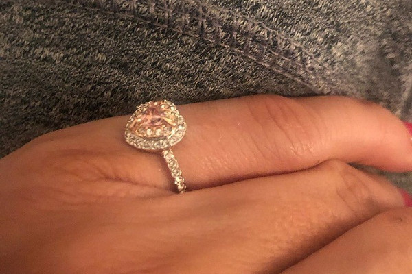 Алиса уверяет, что кольцо ей подарил друг