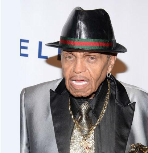 По мере роста популярности короля поп-музыки его отношения с отцом ухудшались
