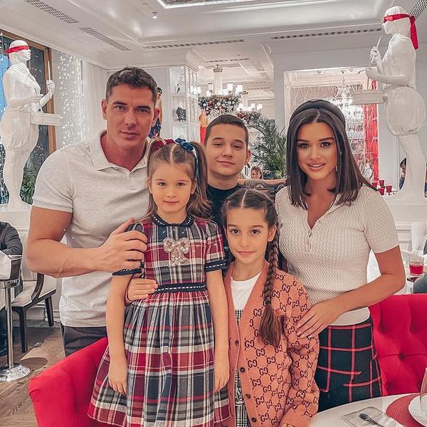 Семья Ксении Бородиной в ресторане