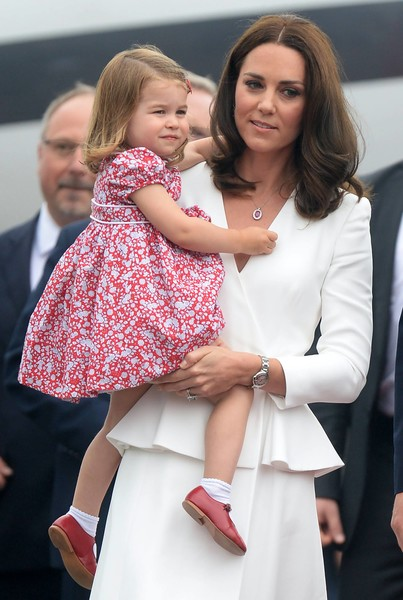 Кейт часто путешествует с детьми и тщательно следит за их безопасностью
