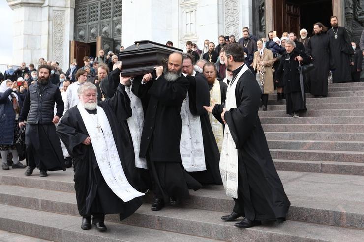 Священника похоронили в родном храме.