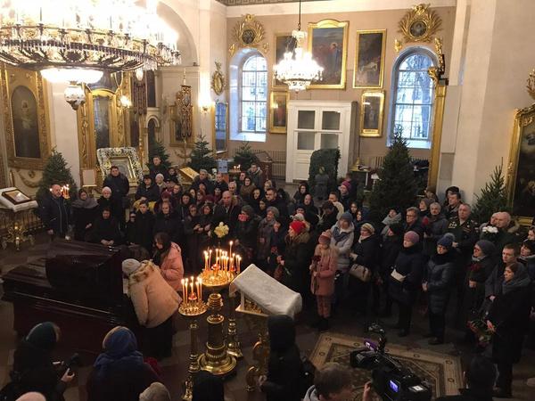 Проститься с Андреем пришли сотни людей