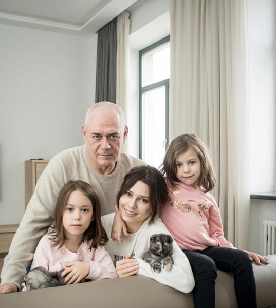 У Сергея и Юлии двое дочерей — Варвара и Вера