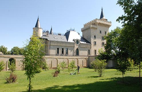 200 лет назад на месте,  где сейчас стоит замок,  находилось имение,  принадлежавшее роду  Льва Толстого