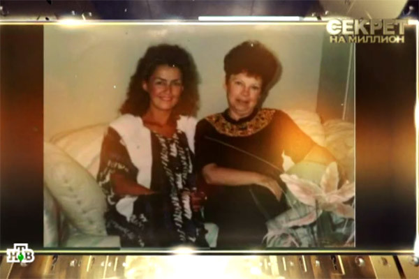 В программе показали архивное фото, на котором первая жена Игоря Николаева Елена запечатлена вместе с мамой Наташи Королевой Людмилой Порывай