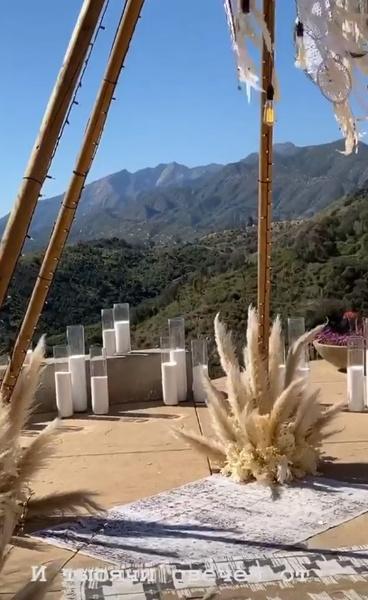 Церемония состоялась с роскошным видом на горы