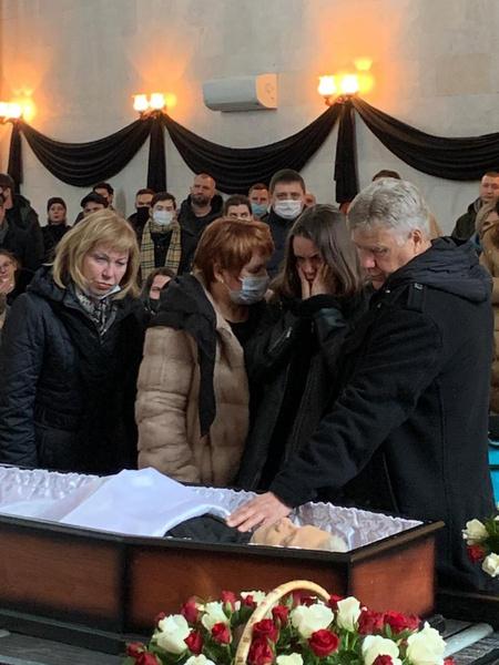Семья прощается с Александром: слева стоит мама, третья слева — супруга Анастасия