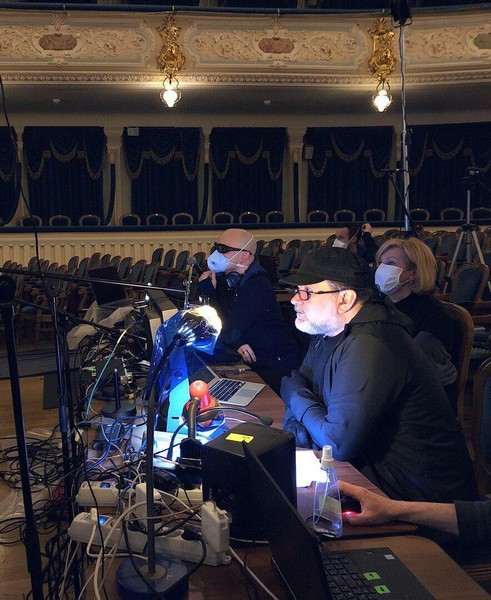 Худрук провел онлайн-конференцию из театра