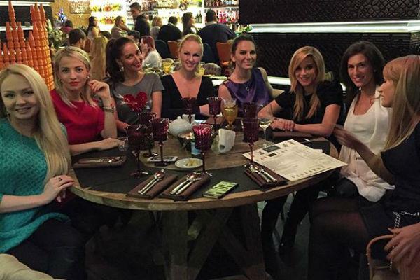 Еще две недели назад беременная Ксения встречалась с подругами в кафе