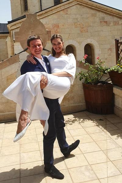 Пара поженилась месяц назад