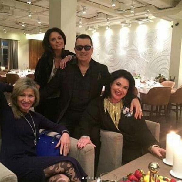 Александр Буйнов в окружении роскошных женщин
