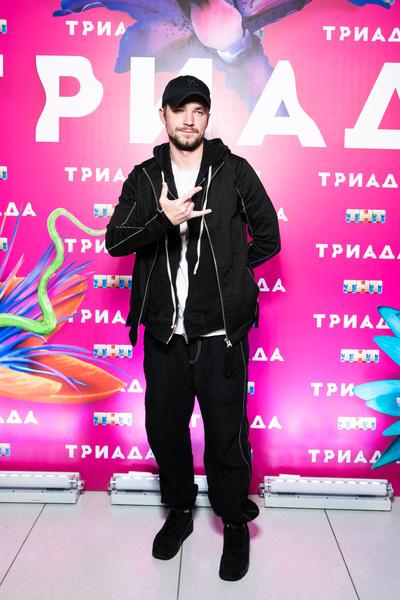 Александр Петров позировал отдельно от девушки