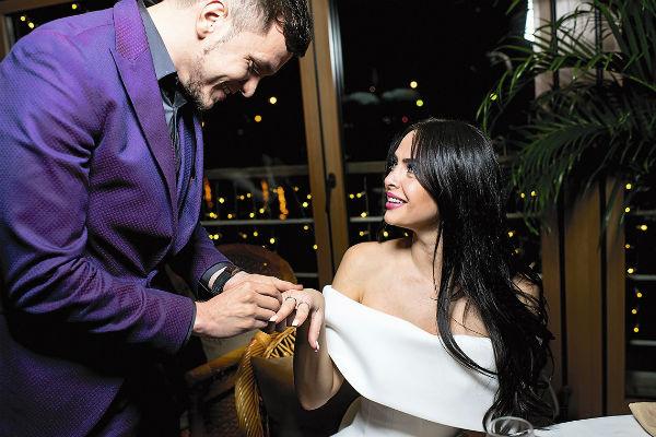 Виктория ответила согласием в ту же секунду, когда Антон преподнес ей кольцо