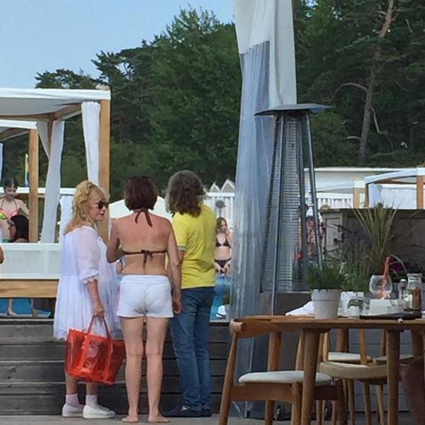 Алла Пугачева на одном из пляжей Юрмалы