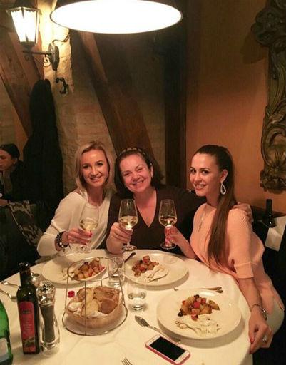 Вечера Ольга с мамой и сестрой проводили в ресторанах