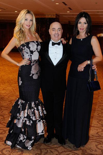 Михаил Грушевский с Викторией Лопыревой и ее мамой