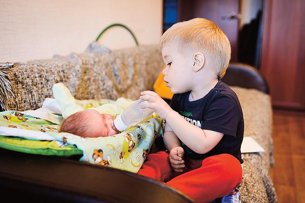 Саша помогает ухаживать за маленьким братом