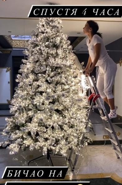 Оксана Самойлова лично занимается декором елки