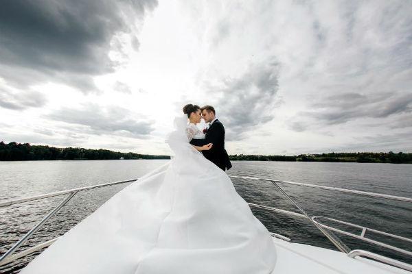 В день свадьбы влюбленные провели время на яхте, где смогли насладиться обществом друг друга