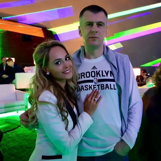 Увидев Михаила Прохорова, Анна Калашникова попросила о совместном фото