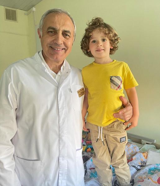 Мальчик выписался из больницы и проходит курс лечения дома