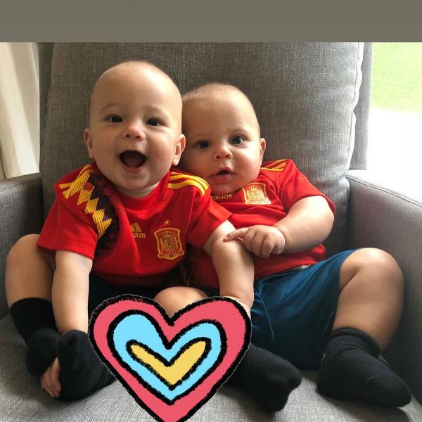Дети Иглесиаса и Курниковой в футболках испанских болельщиков