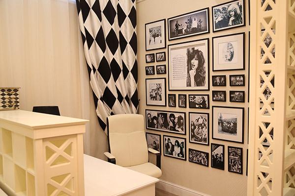 Кабинет Аллы Борисовны  оформлен в черно-белых тонах  – на стене ее фотографии разных  лет с коллегами по сцене и  друзьями