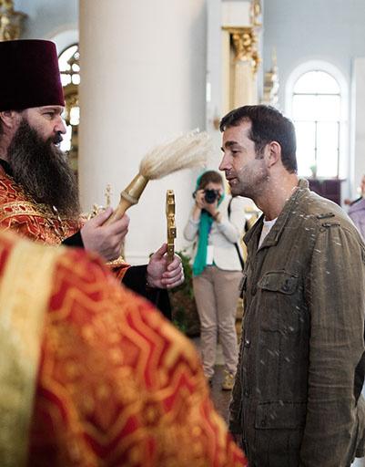 Всех участников фестиваля благословил священник
