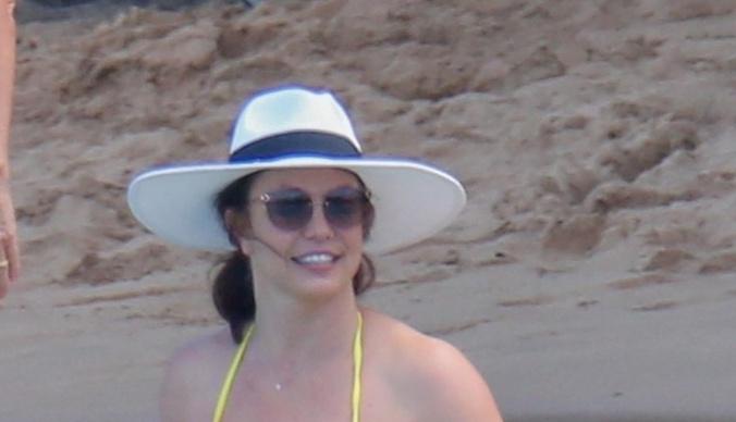 Бритни Спирс показала располневшую фигуру в бикини во время отдыха на Гавайях