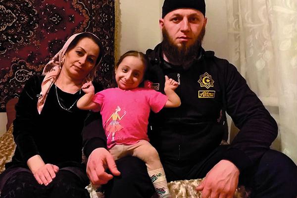 Анжелу воспитывают мама и отчим Мухамед