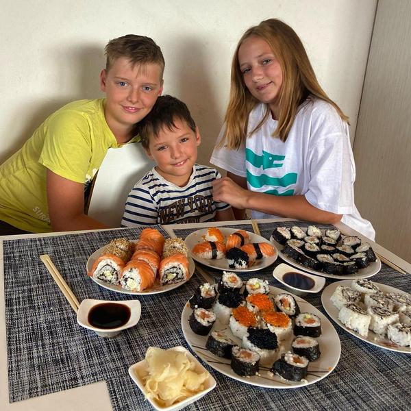 Девочка живет вместе с братьями и мамой в Словении
