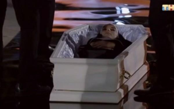 Алина Чусь легла в гроб ради холостяка