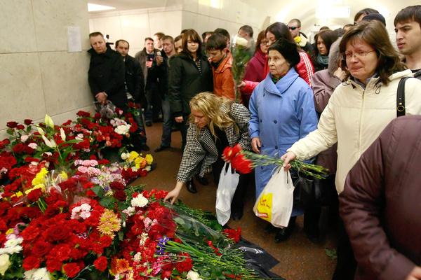 Люди ежегодно приходят к мемориалу почтить память погибших